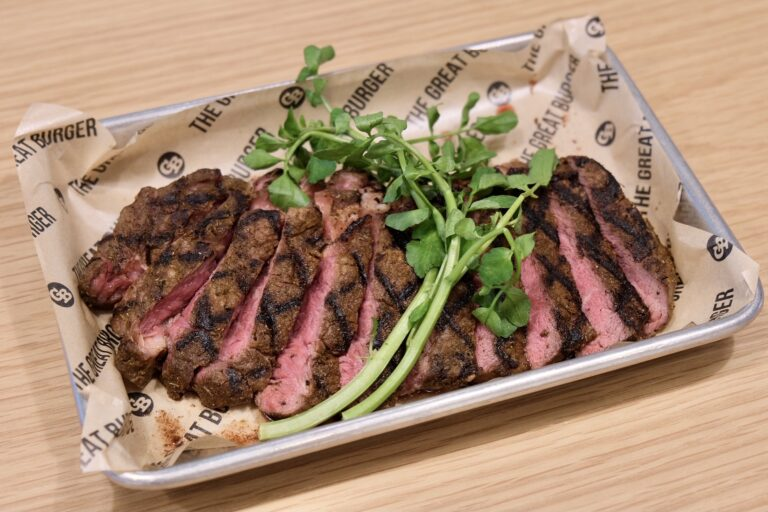 「牧草牛のケイジャンリブアイステーキ」(EAT IN : 3,410円、TO GO : 3,348円、UBEREATS : 3,850円)。