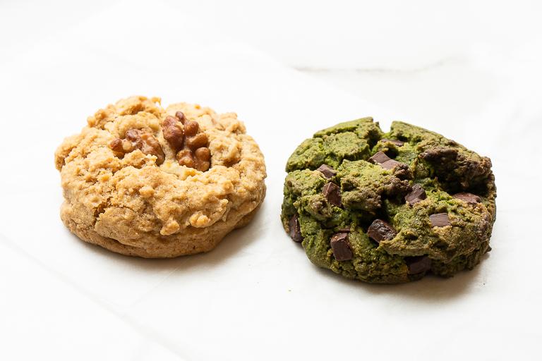 左からスコッキーの「メープルウォルナッツ」(380円)と「抹茶チョコレートチャンク」(400円)。
