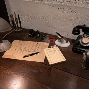 店内奥にある机は、ついさっきまで誰かが文章をしたためていたよう。