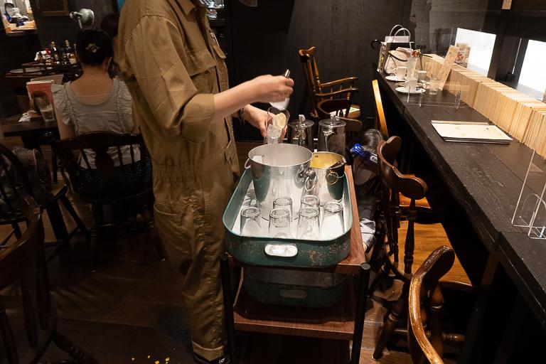 氷や水が載ったワゴンカートは、ウイスキーの提供にも活躍。