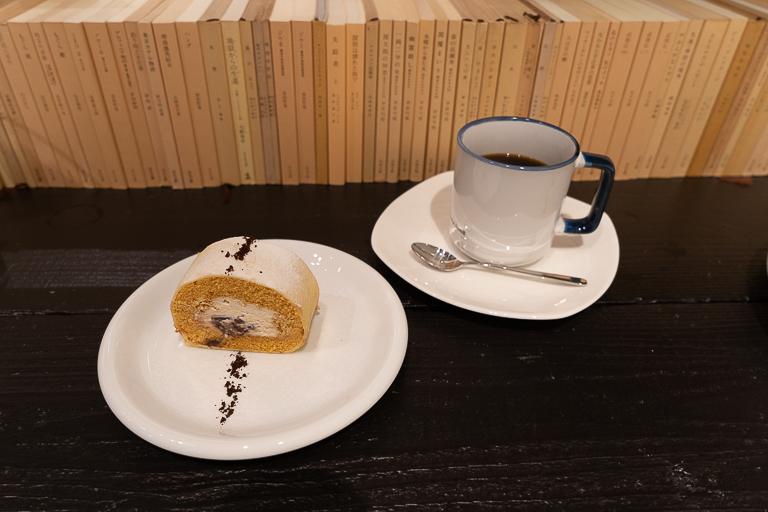 「珈琲醤油小豆ロールケーキ」440円。