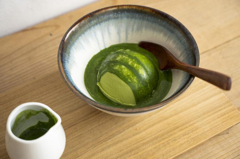 挽きたての濃厚な抹茶をかけていただくダブル抹茶のジェラート550円。
