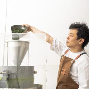 「摩擦で石臼の温度が高くなると、抹茶の仕上がりも変わります。はじめの方にできた抹茶はスイーツなど加工に適していて、飲むための抹茶は後半にできたものがベター」と店主。良い仕上がりのために早くも2台目の石臼を購入したそう。