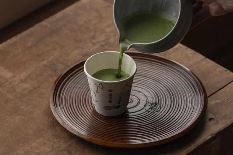 スタッフが茶筅を使って抹茶を点てる。