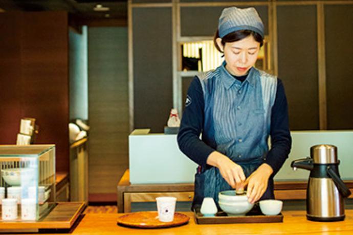 塩川いづみさんによるカップのイラストもキュート。抹茶をはじめ、玉露、煎茶、ほうじ茶など各540円。