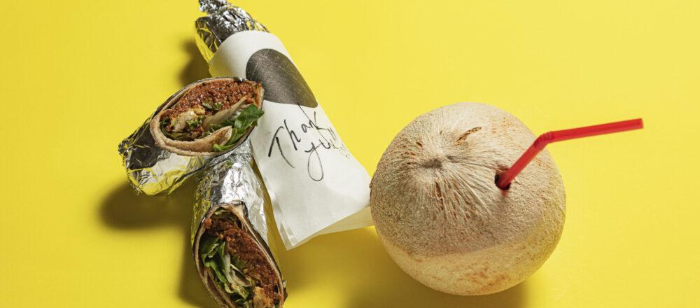 「チグカフト」850円に「ヤングココナッツ」800円(各税込)を添えて。