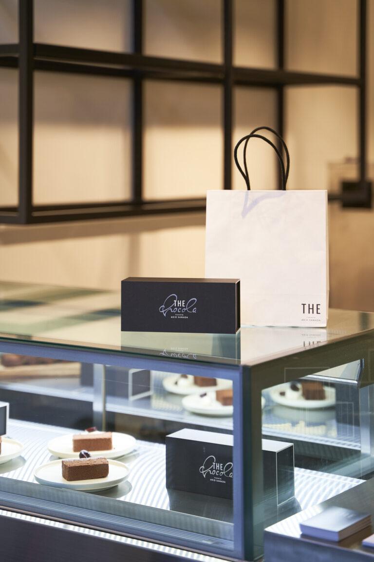 """箱の""""chocola""""の文字はチョコレートアーティスト・澤田明男さんの手書きによるもの。"""