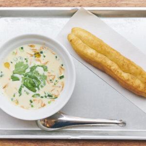 濃厚な大豆のポタージュのような豆乳スープ&揚げパン750円。