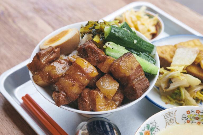 ルーロー飯としてはギリギリまで大きくカットした肉がゴロリ。ルーロー飯セット1,000円。