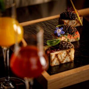 贅沢な食材を使ったカナッペとのペアリングを楽しめる。