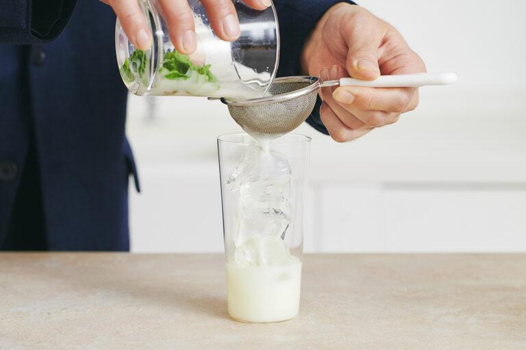 しっかりこしながら氷入りのグラスに注ぐ。