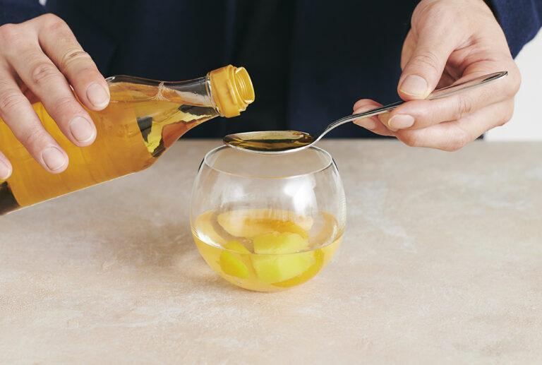 りんご酢でほんのり色味を足す。