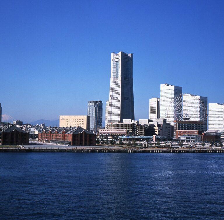 写真内で一番高いビルが〈横浜ランドマークタワー〉。この上層に〈横浜ロイヤルパークホテル〉が位置する。