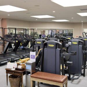155㎡の広々としたジムスペースには、テクノジム社のハイグレードマシンを設置。