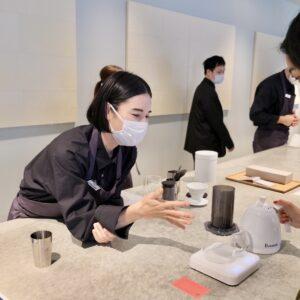 器具をコーヒー抽出に特化したデジタルスケール〈アカイア〉の「パール」の上に置く。