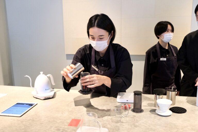 エアロプレス用に挽きたてのコーヒー豆を、専用器具に入れてもらっている様子。