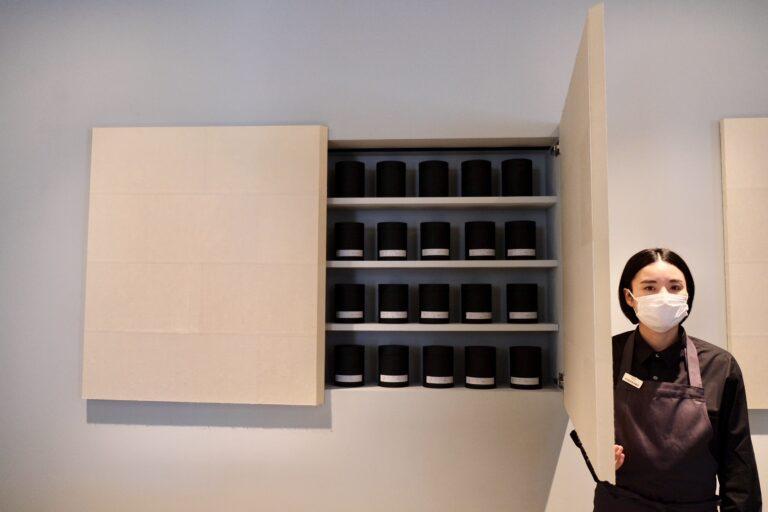 和紙で表装した両開きのシェルフはコーヒー蔵のような形で活用。