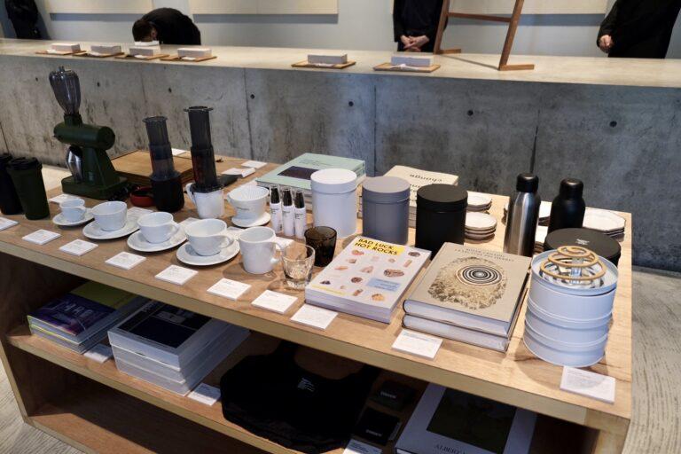 南貴之氏がディレクションを行う〈FreshService〉のプロダクトや限定アイテムも並ぶ。