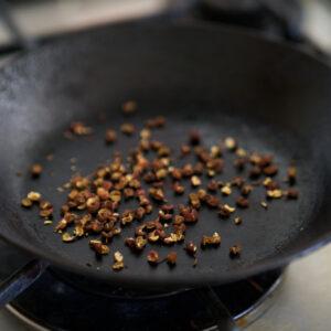 ホアジャオはフライパンで炒って、香りを出して。