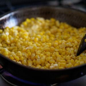 生のトウモロコシをごま油で焼き目がつくまでしっかりと炒める。