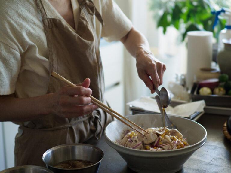 水にさらした紫玉ネギ、炒めたトウモロコシ、ゆでた豚肉を、すりつぶしたホアジャオと塩で和え、赤酢を少し加えて酸味を足してできあがり。