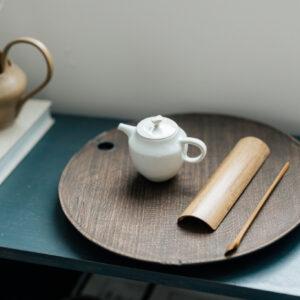 急須、小さじ、お盆の「お茶セット」が置かれている。これさえあれば、台湾茶が気軽に楽しめる。