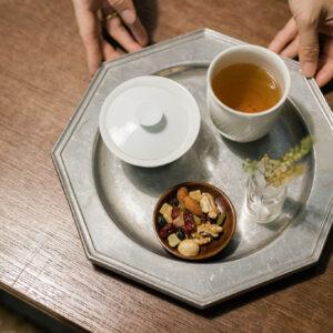 熟香包種は代表的なお茶の一つ。豊かな果実とキャラメルの香りが特徴。お茶請けと合わせ180元。