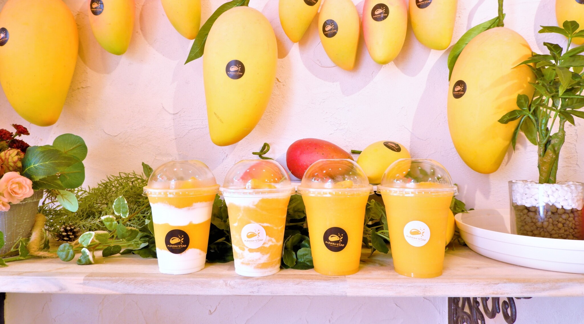 マンゴースムージー専門店〈マンゴースター〉から新登場の「マンゴーソフトクリーム」を実食レポート。