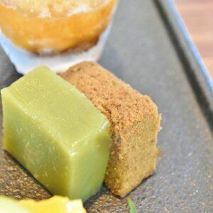左から「 抹茶芋羊羹 」と「酒茶ケーキ」。