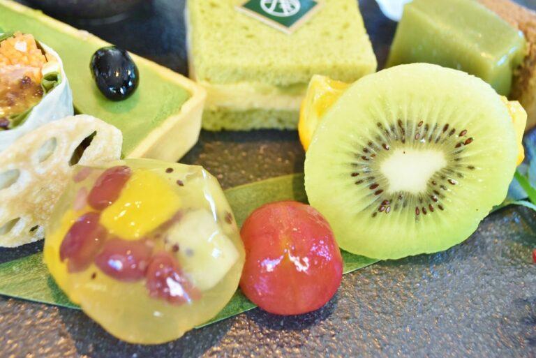 「日本茶ゼリー茶巾絞り」マンゴーやキウイなどのフルーツを中に入れ、和食の技法で「茶巾絞り」風にした煎茶ゼリー。