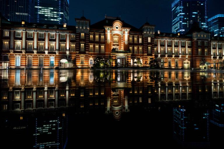 雨が降った夜は、水面に東京駅が反射して幻想的な雰囲気に。傘を借りて遊びに行くのもおすすめです。