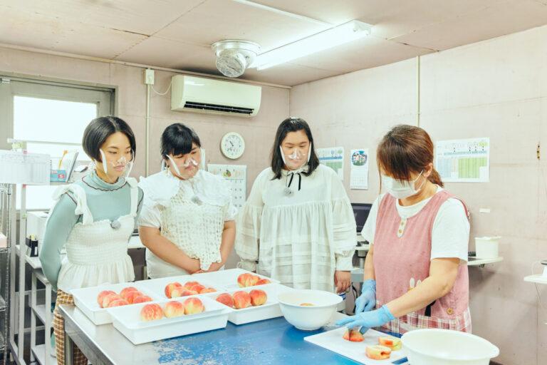 放射性物質検査所での検査の様子。桃を切る様子を見て「ここまではジュースを作っているみたいですね」とあんりさん。