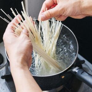 【POINT】沸騰したお湯にそうめんを入れる。