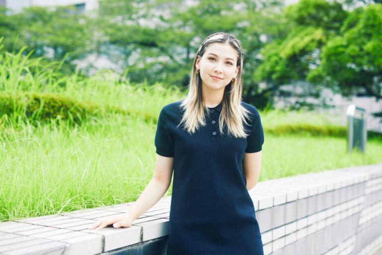 長谷川ミラ/1997年生まれ。ロンドンのセントラル・セント・マーチンズへの留学を経て、現在は東京を拠点にテレビやラジオなどで幅広く活動中。ジェンダーや環境問題などについて、YouTubeやInstagramを通して積極的に発信している。