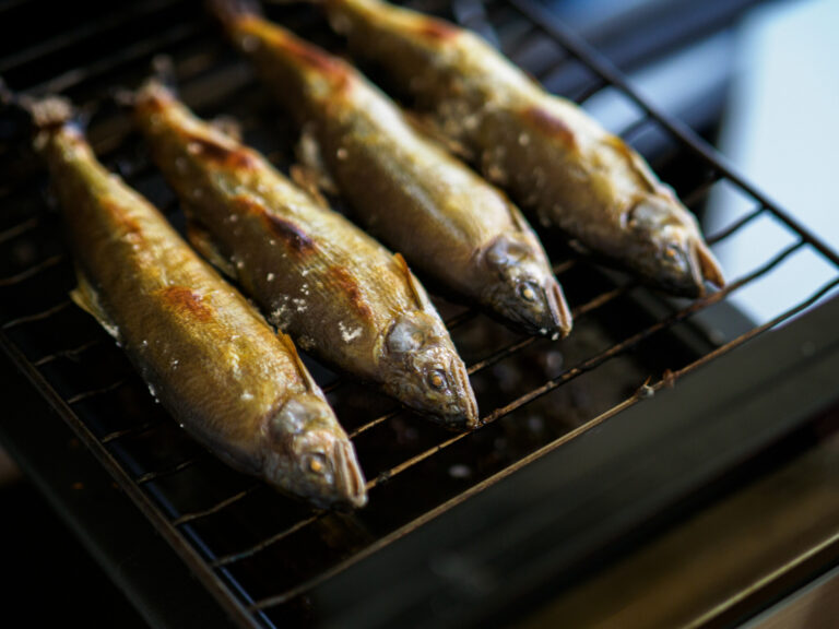 強めに塩を振った鮎を、こんがりと焼き目がつくまで焼く。