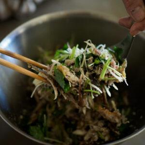 鮎と薬味を和え、足りなければ塩を加えて味を調える。最後にゴマを加えて完成。