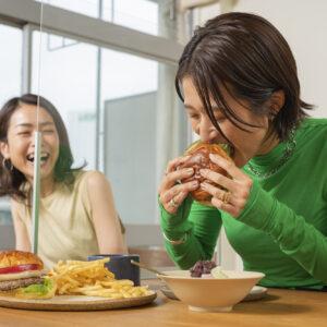 「ハンバーガーが大好き」という横谷さんは、アボカドバーガーをがぶり。