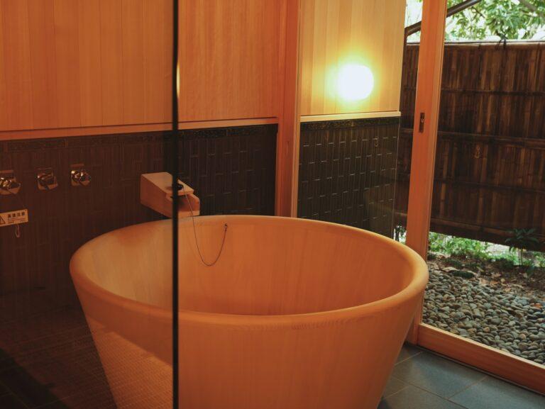 各客室では敷地内で湧出した天然温泉を堪能できます。