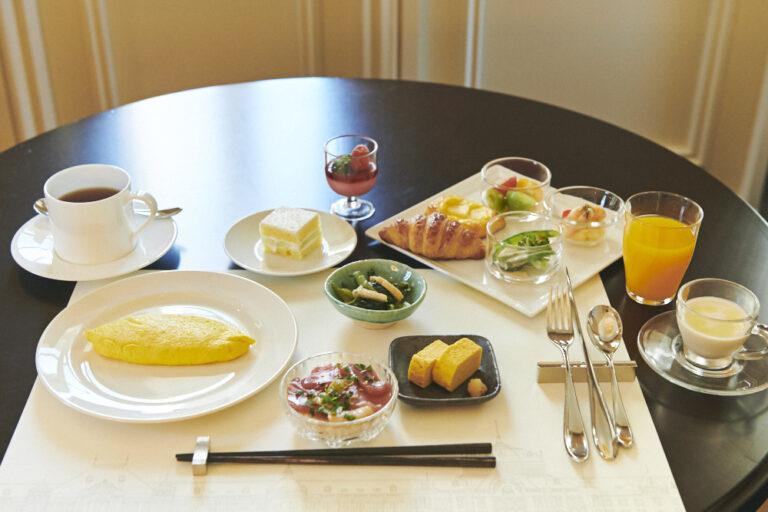 オムレツ、海鮮丼、クロワッサンなど和洋様々なメニューも食べ放題。日替わりで変わるスムージーにはファンも多いのだとか。