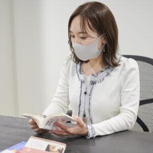 「自宅ではビジネス本ばかりなので、オフタイムは小説や教養などの違うジャンルを読んでいます」(上村さん)。