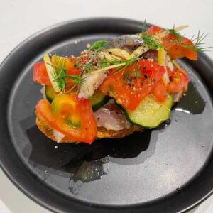 鎌田さん作「いわしのブルスケッタ」。ブルスケッタとは、パンの上にトマトなどの具材がのったイタリア料理の前菜。鎌田さんは、イワシで和風に!
