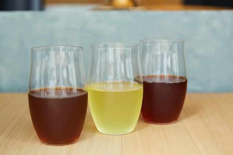 左から「桃とほうじ茶」「大葉と酢橘と釜炒り茶」「赤紫蘇と紅ひかり(和紅茶)」各600円