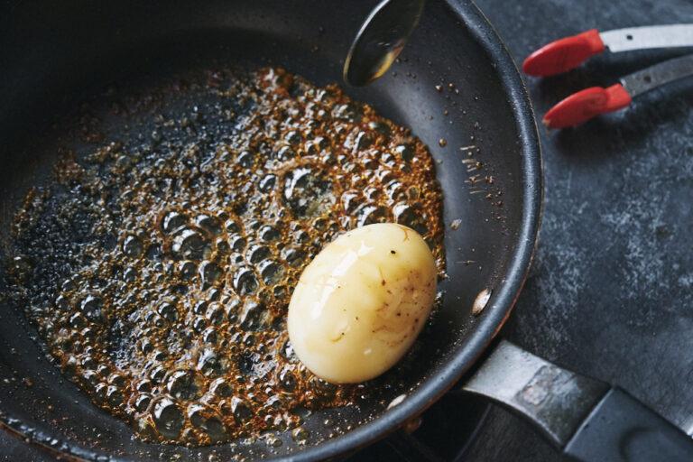 【POINT】沸いたらゆで卵を入れる。