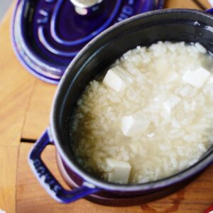 国産牛房茶で仕上げた京豆腐入りの茶粥。しょうが餡と組み合わせていただきます。