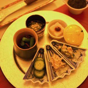 副菜は大豆、にんじん、椎茸、隠元豆が入ったひじき五目煮、自家製なめたけ、きゅうりの糠漬け、オクラと梅干しのみぞれ和え、吉野葛で練り上げた大根餅、青菜のお浸し それぞれの食感を楽しみながらよく噛むことで、旨味を感じながら消化にもいい食材ばかり。