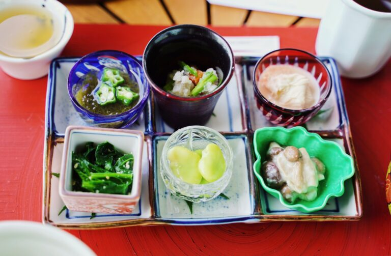 副菜はうずら煮、もずく梅酢漬け、ほうれん草の胡麻和え、しめじの甘酒和え、蚕豆の翡翠煮、汲み上げ湯葉