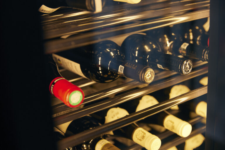 ソムリエが選ぶワインは樽感のある重厚なものも。グラス1,000円、ボトル4,000円~。