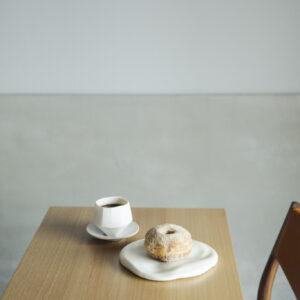 朝食の名物は、奥様のリクエストで誕生したという「つくるのドーナツ」300円。早めの時間に来店すると、好きな形を選べる。コーヒー550円。