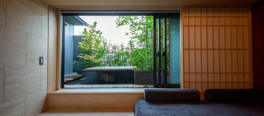 2室限定のテラス付きルーム。/全客室の中で2室限定の「テラス付きtou プレミアムキング」は31㎡。お風呂上がりにテラスで一杯、が最高に気持ちいい。
