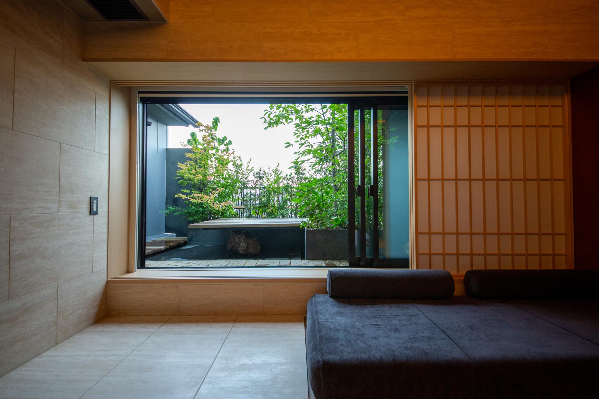 2室限定のテラス付きルーム。/全客室の中で2室限定の「テラス付きtouプレミアムキング」は31㎡。お風呂上がりにテラスで一杯、が最高に気持ちいい。